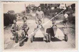 PHOTO, FOTO KOKSIJDE BAD 1950 LES ENFANTS EN CUISSE TAX / CYCLES DAVROUX COXYDE / GO CAR VELO BICYCLETTE - Koksijde