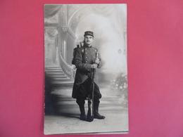 CARTE PHOTO D'un Poilus De La 5e Compagnie En Tenue  - Fusil LEBEL  -1914       Par LAGRANGE  P   - VIERZON - War 1914-18