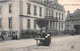 LANNION - L'Hôtel De Ville - Marchande De Fruits - Lannion