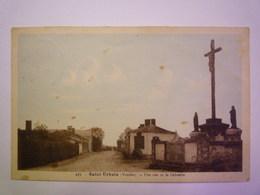 2019 - 3316  SAINT-URBAIN  (Vendée)  :  Une Rue Et Le Calvaire   1951  XXX - Autres Communes