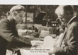 """PARIS (75014). Les Marchés De Paris. Puces De La Porte Diderot """"Puces De Vanves""""  Vendeuse Et Client, Etal De Vaisselle - Petits Métiers à Paris"""