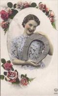 Femme Avec Fer à Cheval - Donne