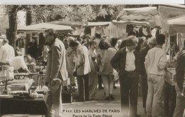 """PARIS (75014). Les Marchés De Paris. Puces De La Porte Diderot """"Puces De Vanves""""  Nombreux  Badauds. Etalages - Petits Métiers à Paris"""