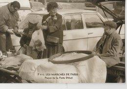 """PARIS (75014). Les Marchés De Paris. Puces De La Porte Diderot """"Puces De Vanves""""  Vendeurs Et Clients. Voitures - Petits Métiers à Paris"""