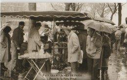 """PARIS (75). Les Marchés De Paris. Puces De La Porte Diderot. """"Puces De Vanves"""". Badauds Sous La Pluie, Etalage De Verres - Artisanry In Paris"""