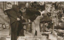 """PARIS (75014). Les Marchés De Paris. Puces De La Porte Diderot """"Puces De Vanves""""  Clients Regardant Des Bibelots, Livres - Petits Métiers à Paris"""