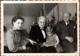 Photo Amateur Originale Portrait De Famille Strict Au Pied Du Sapin & Lecture - Personnes Anonymes