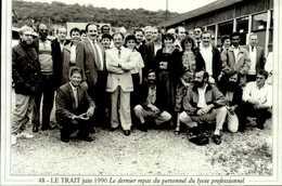"""76-CANTON DE DUCLAIR  Serie """"actualites"""" LE TRAIT Juin 1990 Dernier Repas Personnel Lycee Professionnel   CPM.G.FROMAGER - Le Trait"""