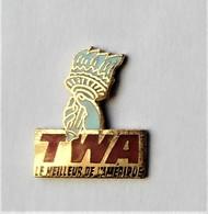 Pin's TWA Compagnie Aérienne USA Le Meilleur De L'Amérique Flambeau Statue De La Liberté Aviation - PA/CE - Aerei