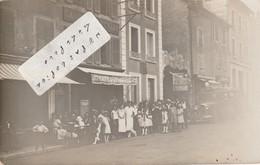 Un Groupe Posant Devant Le Café De La Promenade à Localiser      ( Carte-photo ) - A Identifier