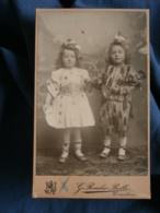 Photo CDV  Roesler Bolle à Courtrai  2 Fillettes Blondes Déguisées En Arlequin Et Colombine Avec Une Poupée  1904 - L226 - Persone Anonimi