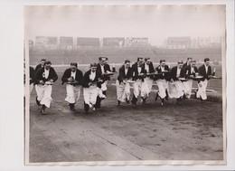 WAITERS IN A HURRY ENGLAND RACE GENEVA UNION SPORTS STAMFORD BRIDGE LONDON     25*20CM Fonds Victor FORBIN 1864-1947 - Fotos