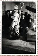 Photo Amateur Originale Vrai Faux Père Noël, Saint Nicolas Et Le Père Fouettard, Visite Particulière En 1951 - Personnes Anonymes