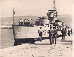 TRIESTE 1955 Navire De Guerre Photo Amateur Format Environ 7, 5 Cm X 5,5 Cm - Barche