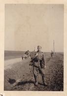 PHOTO ORIGINALE 39 / 45 WW2 WEHRMACHT ROUMANIE / BULGARIE SOLDAT ALLEMAND SUR LA ROUTE - Guerre, Militaire
