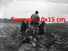 Reproduction D'une Photographie Ancienne D'un Tracteur Et Une Charrue Ferguson Labourant Un Champs En 1946 - Reproductions