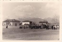 PHOTO ORIGINALE 39 / 45 WW2 WEHRMACHT BULGARIE ARRIVEE DES SOLDATS ALLEMANDS DANS UN VILLAGE - Guerre, Militaire