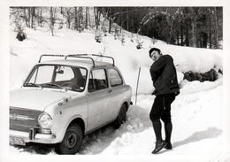 """Photo Originale Fiat 850 """"S"""" Super En 1970 Avec Galerie Et Chauffeur Enlisée Dans La Neige - Automobiles"""
