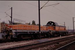 Photo Diapo Diapositive Slide Train Wagon Locomotive Diesel SNCF 64709 à Metz Le 26/06/1993 VOIR ZOOM - Diapositivas