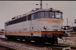 Photo Diapo Diapositive Slide Train Wagon Locomotive Electrique SNCF BB 25152 à Thionville Le 26/06/1993 VOIR ZOOM - Diapositivas
