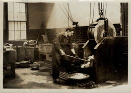 THE ROYAL MINT THE WASHING ROOM  Numismática Numismatica Numismatics 20*15CM Fonds Victor FORBIN 1864-1947 - Profesiones