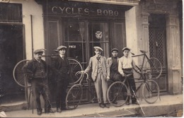 """Carte-photo Devanture De Commerce à Localiser """"CYCLES BOBO"""" - 5 Hommes Portant Casquette - Vélos - Scans Recto Verso - Ansichtskarten"""