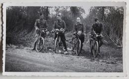 Photographie Ancienne 4 Soldats à Bicyclette En Forêt Muguet - Guerre, Militaire