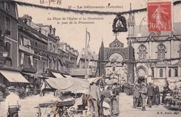 14 La Délivrande, La Place De L'Eglise Et La Décoration Le Jour De La Procession - La Delivrande