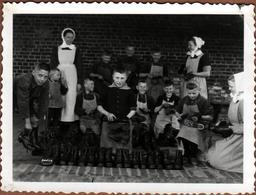 Amusante Photo Originale Cirage De Godasses à L'Orphelinat Sous L'Oeil Des Bonnes Soeurs Vers 1920/30 - Pension ? - Professions