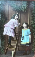 (2067) Twee Meisjes Met Een  Houten Trapladder - Groepen Kinderen En Familie