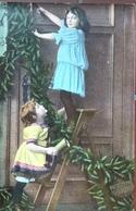 (2067) Twee Meisjes Hangen De Kerstversiering Rond De Deur - Groepen Kinderen En Familie