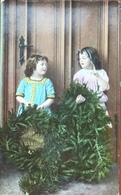 (2069) Twee Meisjes Met Een Adventskrans - Groepen Kinderen En Familie