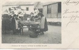 29 - Trégunc  : Les Femmes Mettant La Sardine Au Gril . - Trégunc