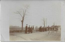 CARTE-PHOTO NORD HEM  Course PARIS-ROUBAIX 1910 Tête Du Peloton: VANHOUWAERT,LEONARD,LAPIZE,CHISTOPHE à 5 Kms De Roubaix - Cyclisme