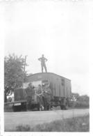 SECONDE GUERRE SOLDATS DE LA WEHRMACHT DEVANT UN  CAMION PHOTO ORIGINALE 8.50 X 6 CM - Guerra, Militares