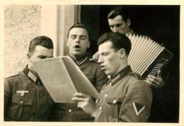 SECONDE GUERRE SOLDATS DE LA WEHRMACHT CHANT ET ACCORDEON  PHOTO ORIGINALE 10 X 7 CM - Guerre, Militaire