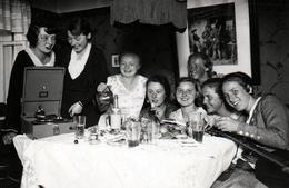 Photo Originale Amateur - Boum Des Copines Adolescentes Vers 1930/40 Mélomanes Au Gramophone & Guitare à Marburg - Mestieri