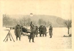 SECONDE GUERRE SOLDATS DE LA WEHRMACHT ARMEMENT DANS LA NEIGE PHOTO ORIGINALE FORMAT 10 X 7 CM - Guerre, Militaire