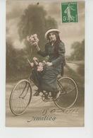 """FEMMES - FRAU - LADY - Jolie Carte Fantaisie Portrait Femme à Bicyclette Avec Fleurs """"Amitiés """" - Women"""