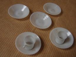Lot. 1218. Deux Tasses Et Cinq Sous Tasses Miniatures Ou Dinette. En Opaline Ou Plastique à Déterminer - Jouets Anciens