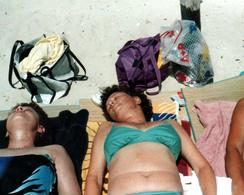Photo Couleur Originale Plage & Maillots De Bain Pour 2 Copines Endormies Sur Le Sable En 1988 - Pin-ups