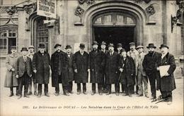 Cp Douai Nord, La Délivrance, Les Notables Dans La Cour De L'Hôtel De Ville - Other Municipalities