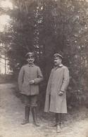 AK Foto 2 Deutsche Soldaten Mit Schnurrbärten Und Schirmkappen - 1. WK (45480) - Weltkrieg 1914-18