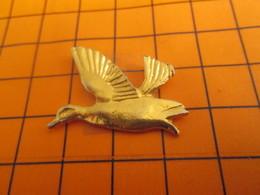 719 Pin's Pins / Beau Et Rare / Thème ANIMAUX / METAL JAUNE CANARD EN VOL - Animales