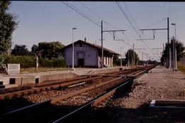 Photo Diapo Diapositive Slide Train Wagon La Gare SNCF De Ferrières Fontenay Vers Montargis Le 28/07/1993 VOIR ZOOM - Diapositivas