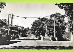 D 81 CPSM  ROQUECOURBE Place Du Monument Aux Morts Et Route De Labessonnie Ecrite N066 - Roquecourbe