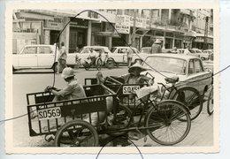 PHOTO ANIMÉE .VIETNAM .Viêt-Nam .Une Rue. MOTO, Mobylette, Solex, Scooter. Statue. Pousse-pousse Numéro S.0569  S.0451 - Places