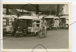 PHOTO ANIMÉE .VIETNAM .Viêt-Nam .Une Rue. MOTO, Mobylette, Solex, Scooter. Statue. Lambretta - Places