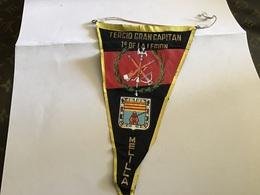 Écusson Fanion En Plastique   Blason Tissus Tercio Gran Capitan 1 Division De La Légion Melilla  Espagne - Ecussons Tissu