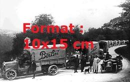 Reproduction D'une Photographie D'hommes En Uniforme Et Fourrure Posant Devant Un Camion Berliet - Reproductions